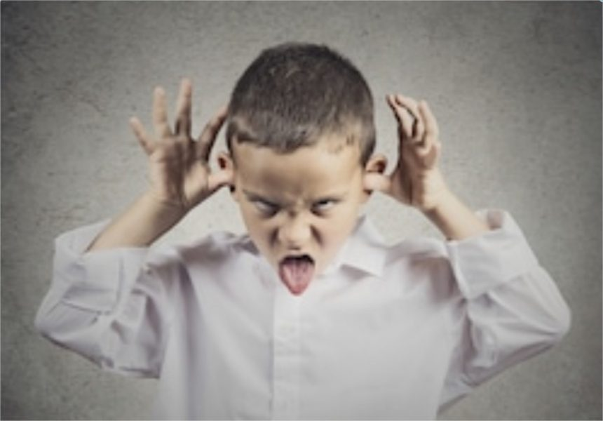 Mon enfant dit des gros-mots, imite certains de ses camarades